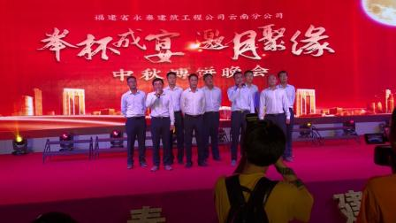 福建永泰建筑公司工作人员为祖国华诞合唱《歌唱祖国》。