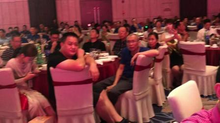 福建永泰建筑工程公司云南分公司总经理鄢行庄在2019年南安泛华酒店为中秋晚会上致词。
