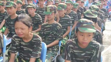 桂林(贺州)大自在文化发展与教育培训集团军事素质特训中心高级家庭教育讲师在为学校新生军事素质及综合素质特训营(感恩教育大会讲座课进行中)