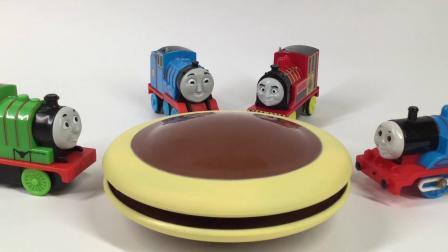 托马斯和他的朋友们玩哆啦A梦铜锣烧玩具
