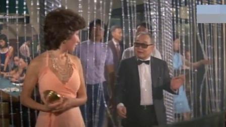 钱都输光了,姑娘被赌场的追债,幸好小伙出手才帮她脱险