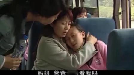 女孩病了妈妈伤心痛哭。