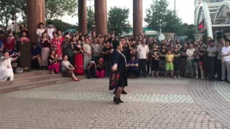吐老师和木老师夫妇舞动卫星广场