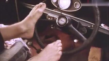 憨豆去牙科医院看牙,直接用脚开车来换衣服。