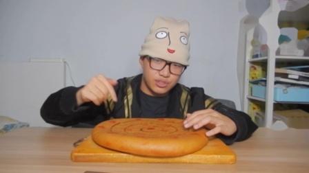 比脸大的月饼是什么味道?比普通月饼好吃?