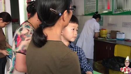 农村宝宝排队打针,小男孩全程不哭太坚强,一旁的豆豆却吓坏了