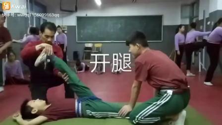 体操男孩柔软性拉伸