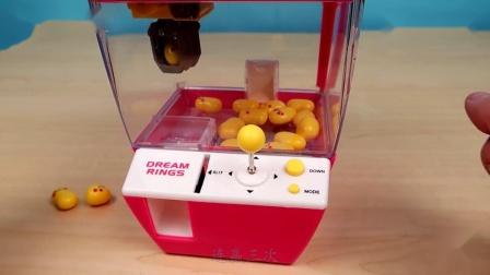 """老外试玩从""""中国淘宝""""买的微型""""夹娃娃机"""",结果太逗了"""