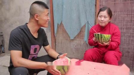老婆吃独食,只剩下西瓜皮,没想老公废物利用自制一碗西瓜味泡面