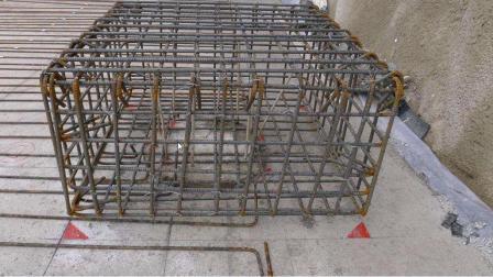 地梁面筋在两桩承台钢筋笼上