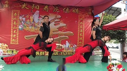霞霞魅力舞蹈队四步造型表演