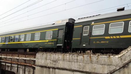 京局京段的HXD3D型电力机车牵引K598次列车从广州北站附近通过