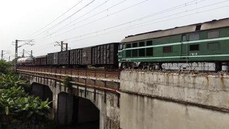广铁广段的DF4型内燃机车牵引货物列车从广州北站附近通过