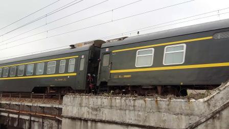 京局京段的HXD3D型电力机车牵引京广线的王牌直达特快Z35次列车从广州北站附近通过