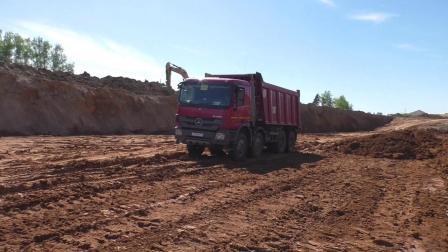 沃尔沃EC480D L挖掘机在装载奔馳卡车(第4個)