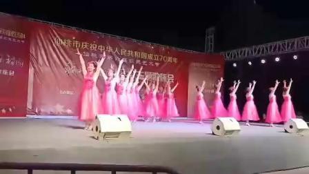 2019年9月10号仙桃市第六届农艺会(我爱我的祖国)群众广场舞大赛,我们的节目是(丰碑赞)圆满成功。[咖啡][拥抱][玫瑰]!