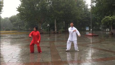 雨中四十式太极拳-石太公园辅导站田兰锁、白军萍演练