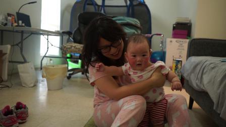 20190914伊娃妈妈抱着她做母子操她盯着电视看的可高兴了