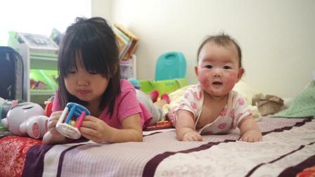 20190915爱玛和妹妹伊娃趴着床上玩