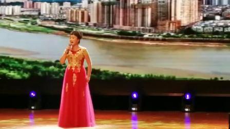 """梦之队女歌手笑梅在丹东市""""金海杯民间歌王总决赛""""上演唱《美丽家园》获优秀奖"""
