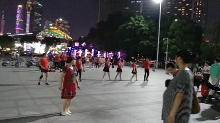 广州市天河区体育中心广场上的广场舞蹈表演!,二零一九年九月九日。