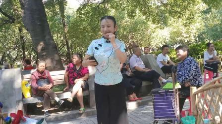杨琼在中山公园演唱楚剧