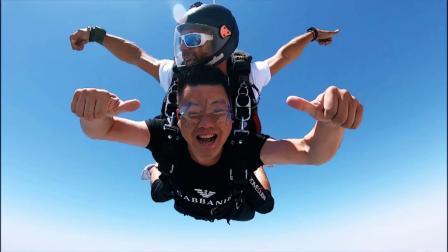 挑战迪拜冒险活动的兔斯基