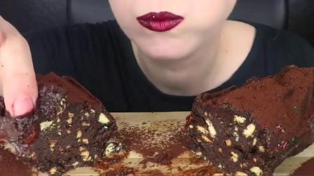 吃东西的声音:小姐姐吃巧克力沙拉配黄油饼干,咀嚼声让人流口水