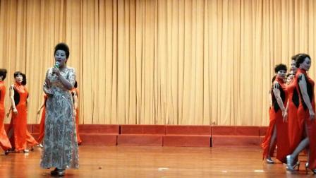 中国调兵山宋秀华旗袍队歌伴舞。《我在那林湖等你》。