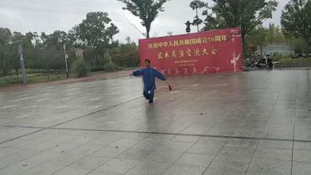 姜堰区武术协会2019年10月2日在罗塘公园举办国庆70周年武术展演……杨春贵自选太极剑展演。