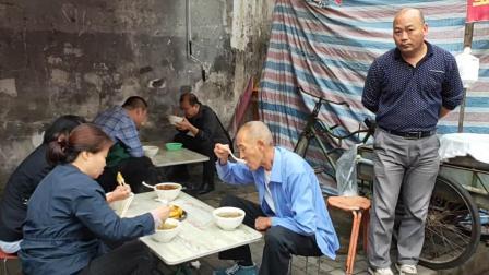陪父母在西安吃早餐:肉丸胡辣汤、香酥牛肉饼
