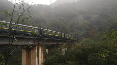 20191004_081024 西局新段HXD3-0152+西局西段SS7D-0050牵引6063次(宝鸡-广元)通过208桥,即将上展线二层