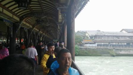 都江堰廊桥上看水流