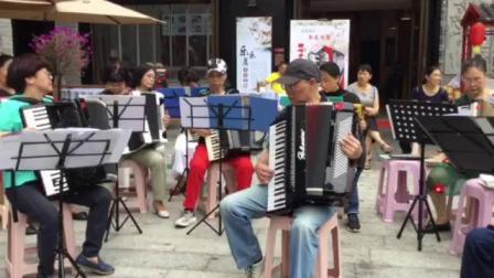 多台手风琴在重庆弹子石老街演奏《送我一枝玫瑰花》