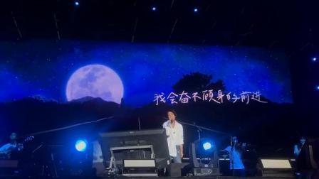 刘若英 现身上海简单生活节演唱披星戴月的想你引粉丝合唱