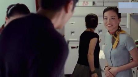 老板和太太坐飞机外出,没想到空乘小姐是老板情人,这一幕好尴尬