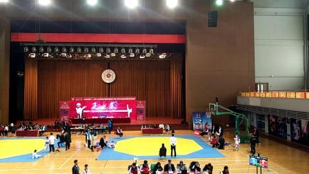 2019年10月6日在长春建筑大学第一次跆拳道比赛,赛前准备,,在右侧穿蓝色护具的是立冬,教练吴长奇在给穿护脚