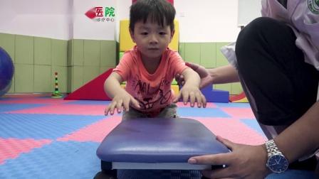 南京天佑儿童医院感统5项训练示范之平衡脚踏车训练