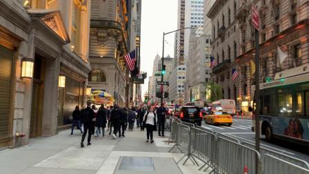【美国中视】记者汪惠根10/10伴晚在曼哈顿五大道慢步釆风:曼哈顿越夜越精彩。