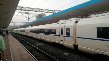 由青岛开往天津西方向的G174次高速动车正点驶出潍坊火车站第3站台