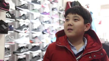 呆萌小学生鞋反了,二货老板让他两只脚换一下,换完后他还道谢