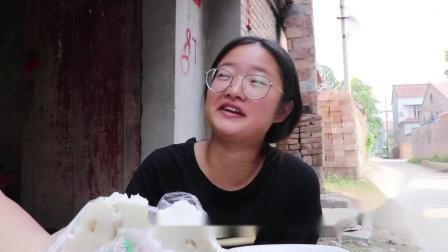 憨妹自己不想做饭,到饭点就端着碗到处蹭饭,太逗了看完笑翻了