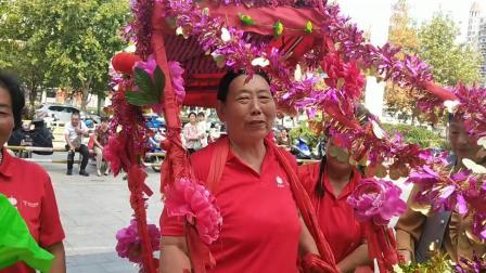 在举国同庆的日子里,霞姐艺术团用民间花船的方式庆祝。瞧王姐第一次做花仙子,姐妹们乐的合不拢嘴0929