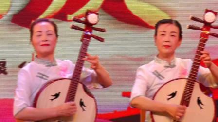 中阮合奏《吐鲁番的葡萄熟了》表演者;钱保宁 周文贞等
