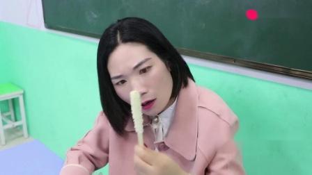 老师让同学用筷子夹大米考试,没想女同学一下得了200分太逗了