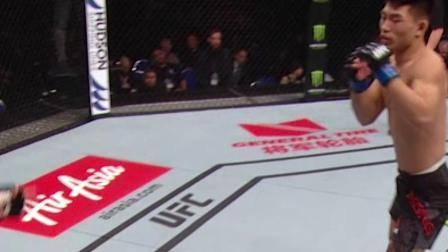 UFC狮城5大战役:宋亚东初露峥嵘,哨响前凶狠一肘,直接终结对手