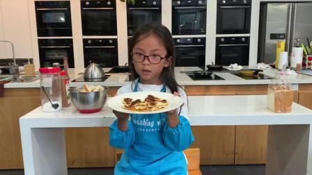 今天外教带着几位小朋友们去做糕点,做完后,让他们用英语说出是怎么做的。我的孙女说,她做的是法式甜点,用的是什么材料。