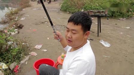 搞笑剧小两口比赛钓鱼,不料鱼也害怕母老虎,一发威全部跳上岸