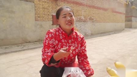 搞笑短剧弟弟想吃香蕉钱不够,看姐姐如何花3元买15元的香蕉