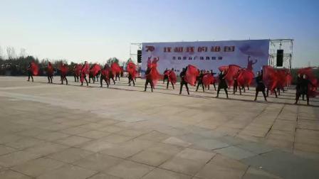 阜新市群众艺术馆群星志愿者团队在沈阳植物园凤之翼广场表演《我和我的祖国》